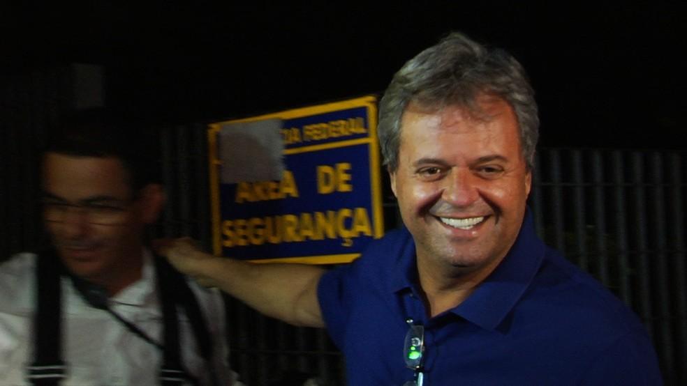 Jayme Rincón sorri ao ser solto, na sede da Polícia Federal, em Goiânia — Foto: Reprodução/TV Anhanguera