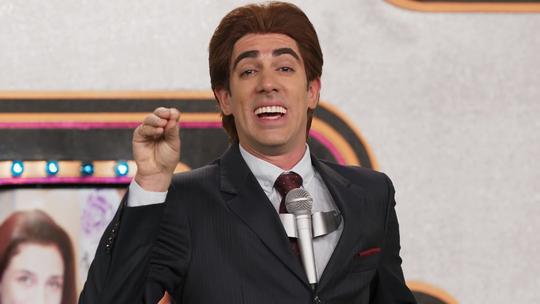 Marcelo Adnet abre o 'Adnight Show' como Silvio