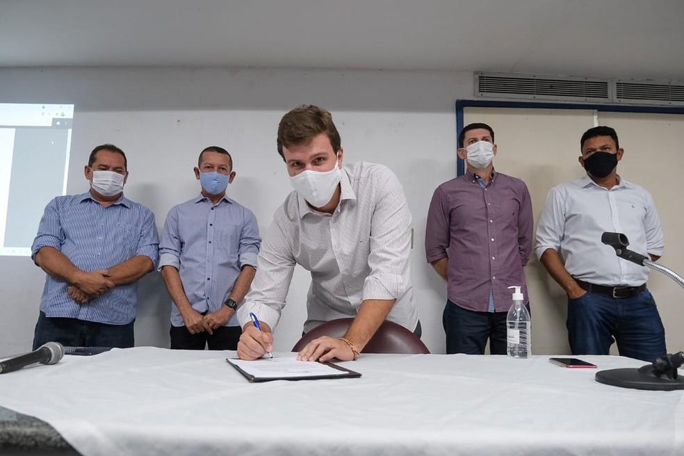 Prefeito de Petrolina sanciona lei que torna igrejas como serviço essencial — Foto: Jonas Santos / Ascom PMP