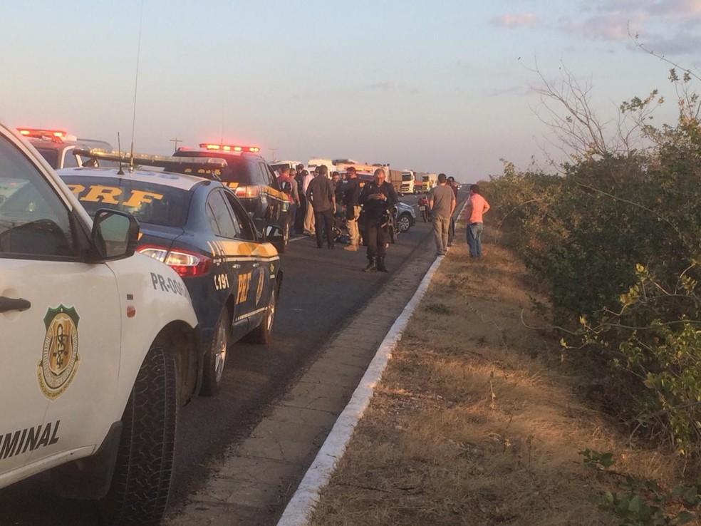 Suspeito morreu após ser atingido durante perseguição da PRF em BR-304 — Foto: Hugo Andrade/Inter TV Costa Branca