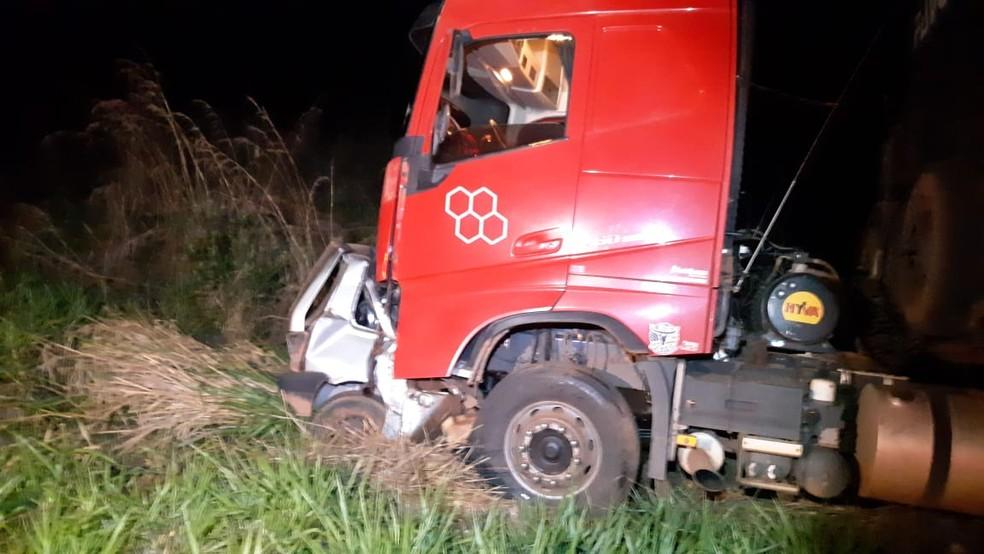 O carro conduzido pelo adolescente atingiu o caminhão de frente — Foto: Divulgação