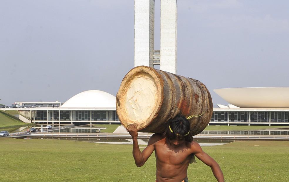 Índio carrega a tora em frente ao Congresso Nacional (Foto: Valter Campanato/ABr)