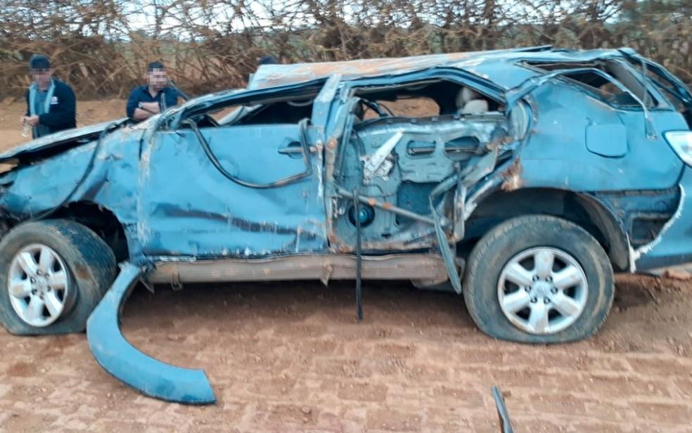 Carro ficou destruído após capotamento no norte do estado (Foto: Edivaldo Braga/ BlogBraga)