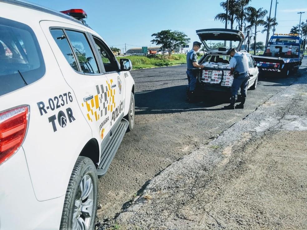 Entorpecentes foram encontrados dentro de carro que guincho levava em Marília — Foto: Polícia Rodoviária/Divulgação