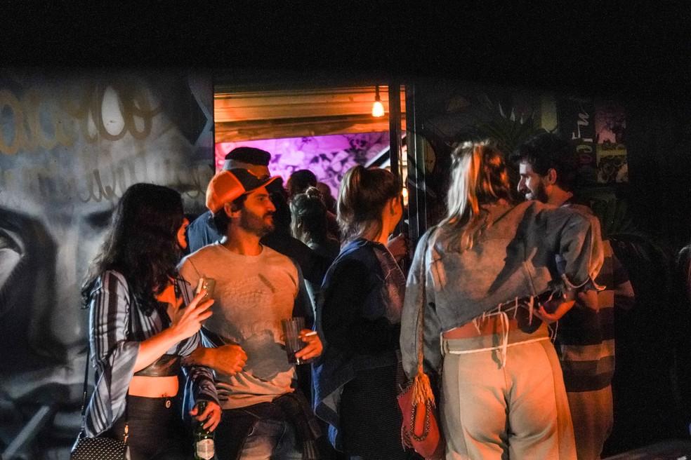 Pessoas sem máscara e sem respeitar distanciamento social em bar na Rua Aspicuelta, na Vila Madalena, na madrugada desta sexta-feira (21). — Foto: Fábio Tito/G1