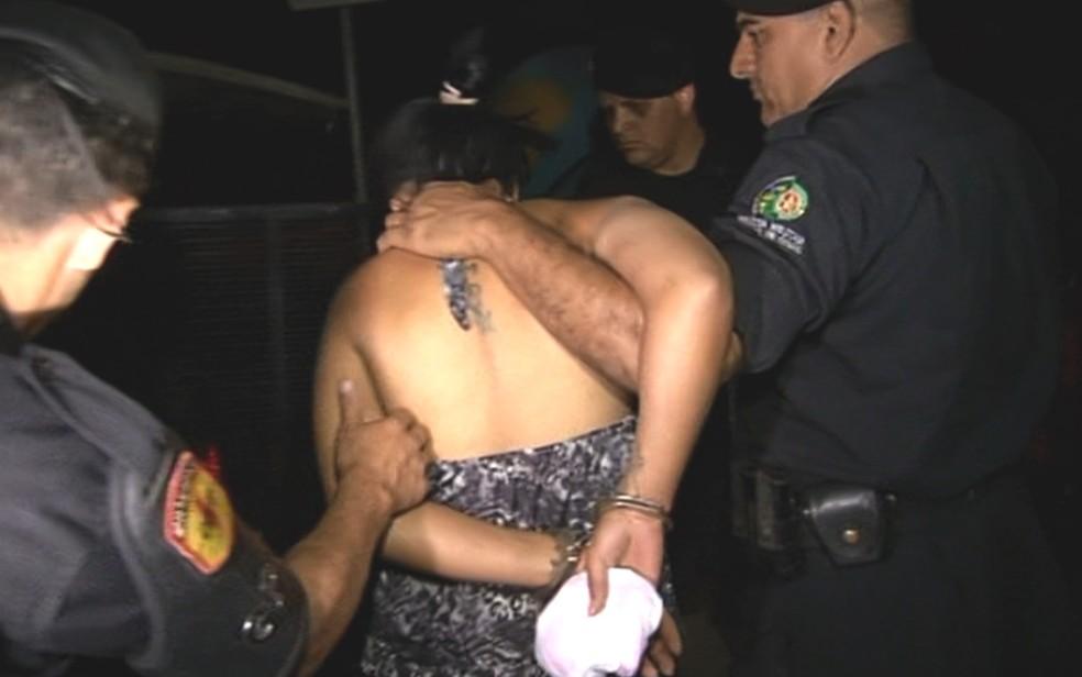 -  Mulher é presa suspeita de matar grávida e cortar barriga para tirar bebê, em Goiás  Foto: Reprodução/TV Anhanguera