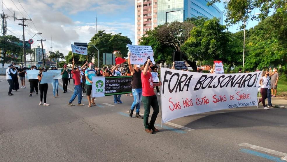 Manifestantes se concentraram na Praça do Centenário, no Farol, em Maceió, de onde saíram em caminhada — Foto: Alex Alves/TV Gazeta