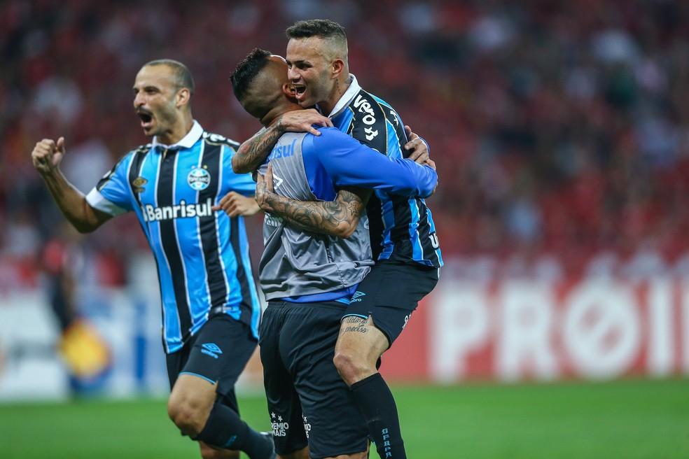 Luan e Maicon comemoram gol no Gre-Nal — Foto: Lucas Uebel/Grêmio