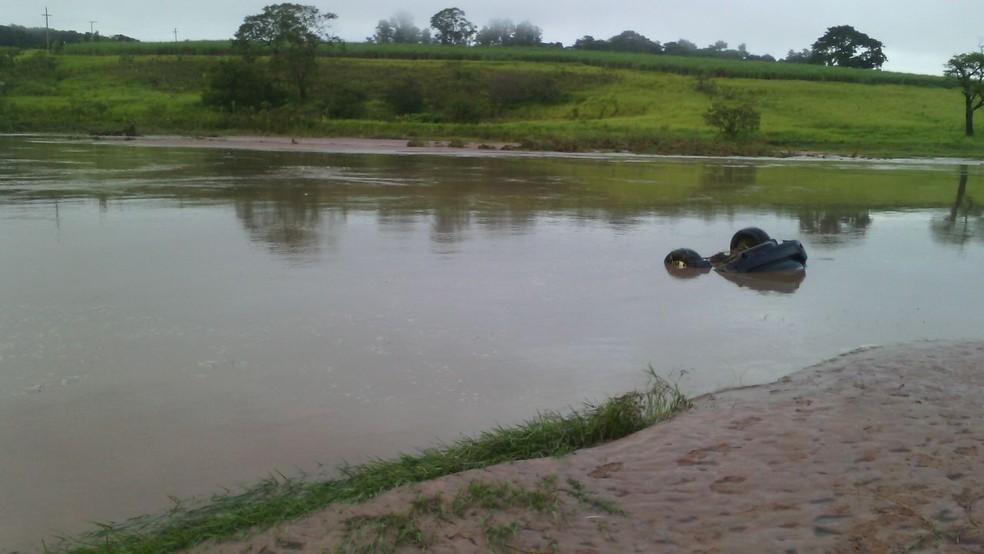 Caminhonete foi encontrada submersa no rio Iacri (Foto: Lucas Malaguiti/Arquivo Pessoal)
