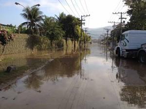Por volta das 8h, duas após o rompimento, ruas ainda estavam inundadas em Campo Grande (Foto: Mariucha Machado/G1)