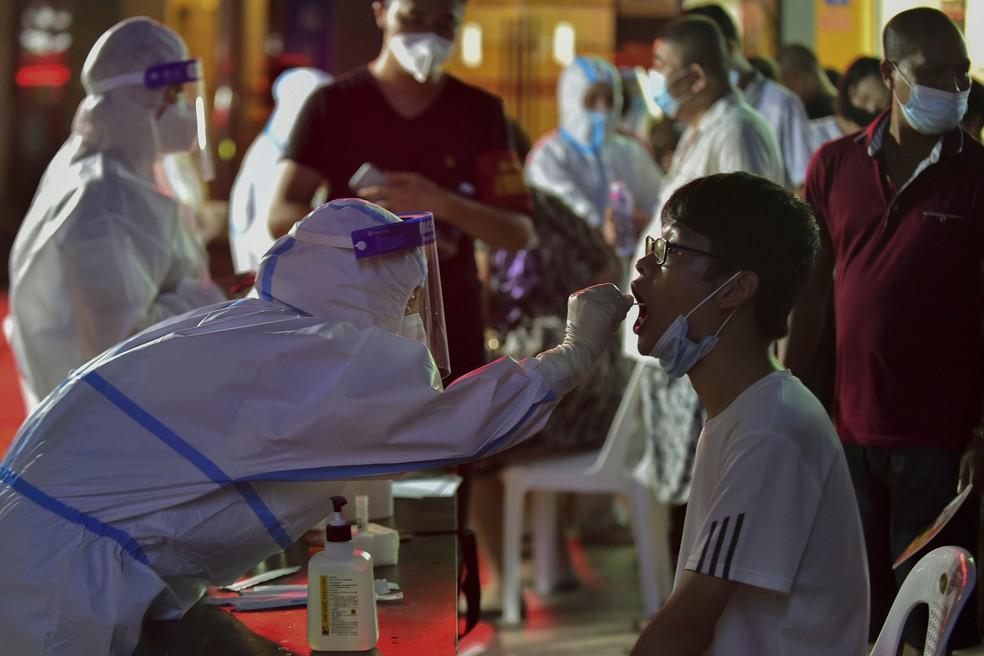 Trabalhador de saúde coleta amostra para teste de Covid-19 em massa em Putian, na província de Fujian, no sudeste da China, em 12 de setembro de 2021 — Foto: Wei Peiquan/Xinhua via AP