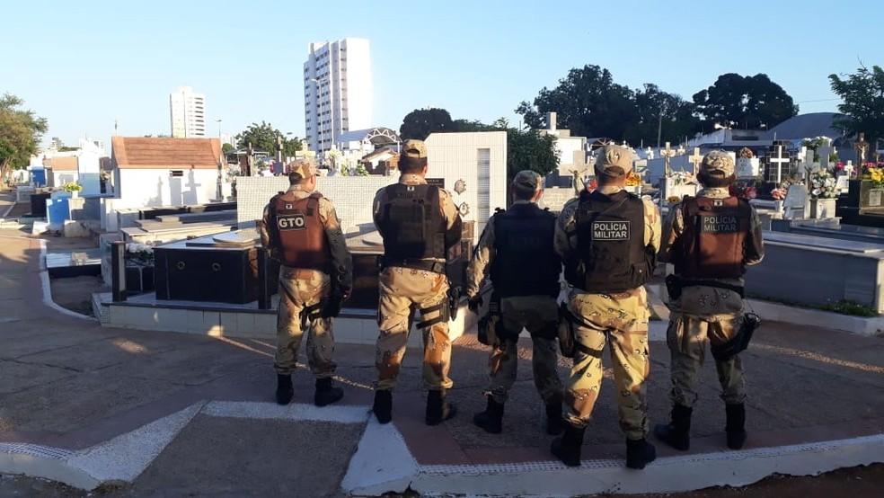 Policiais Militares durante operação que apura venda ilegal de túmulos em cemitérios públicos de Mossoró nesta terça-feira (19) — Foto: Divulgação/MPRN