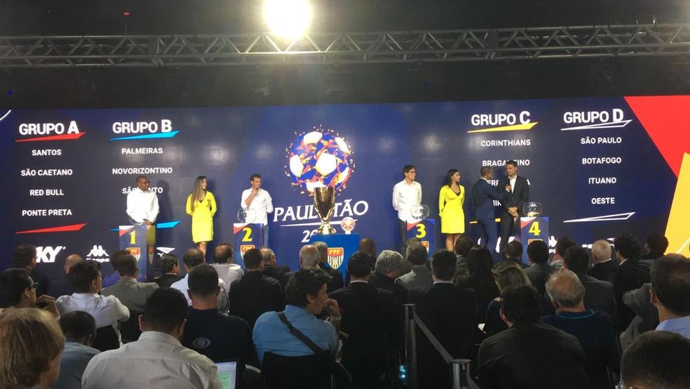 Ex-jogadores participam do sorteio na sede da Federação Paulista de Futebol — Foto: Fernando Vidotto