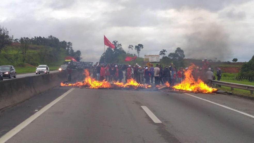 Manifestantes interditam a Dutra em Caçapava, SP — Foto: Polícia Rodoviária Federal/Divulgação