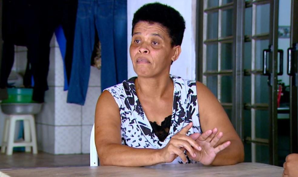 A empregada doméstica Neilde Neris Brito fala sobre o bicho de pé em Água Vermelha (Foto: Wilson Aiello/EPTV)