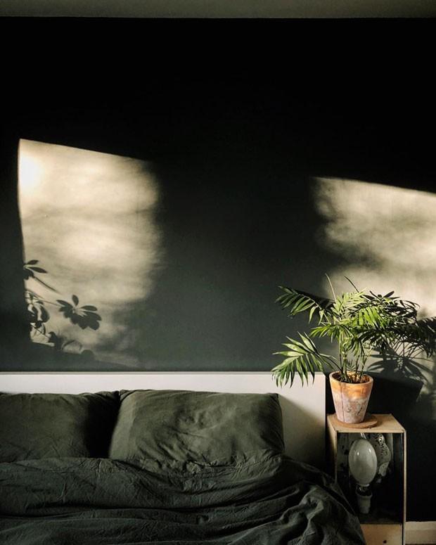 Décor do dia: quarto minimalista em verde musgo (Foto: reprodução)