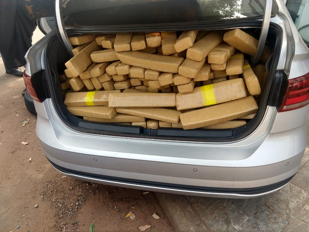 Tabletes de maconha foram localizados no porta-malas em Jales  — Foto: Reprodução/PRE