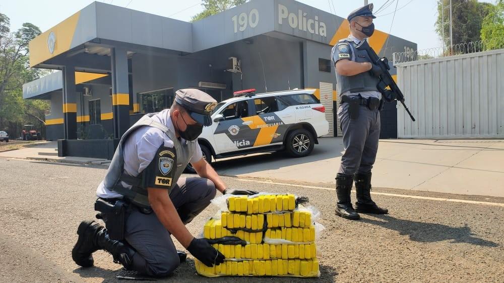Passageiro de ônibus é preso ao ser flagrado com tijolos de maconha em rodovia de Penápolis