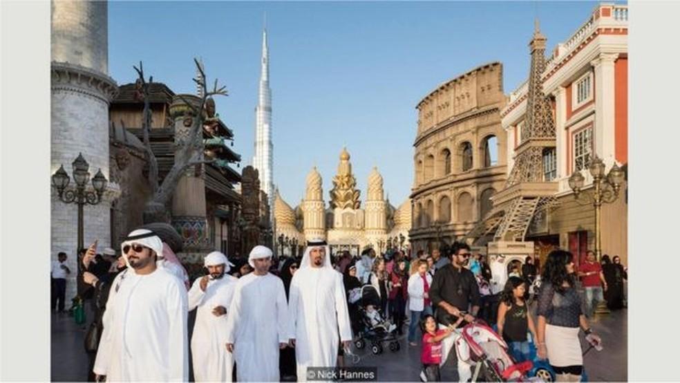 Global Village, shopping e parque de diversões, com 32 pavilhões representando 75 países (Foto: Nick Hannes)