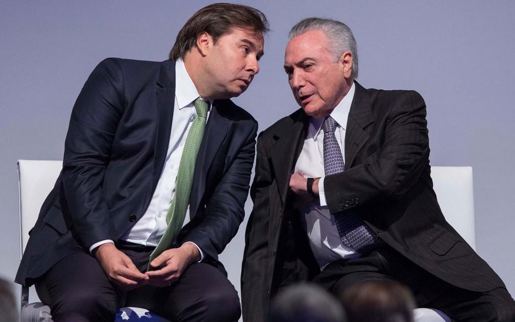 O presidente da Câmara, Rodrigo Maia (esq.) conversa com o presidente Michel Temer durante evento em São Paulo (Foto: Paulo Lopes/Futura Press/Estadão Conteúdo)