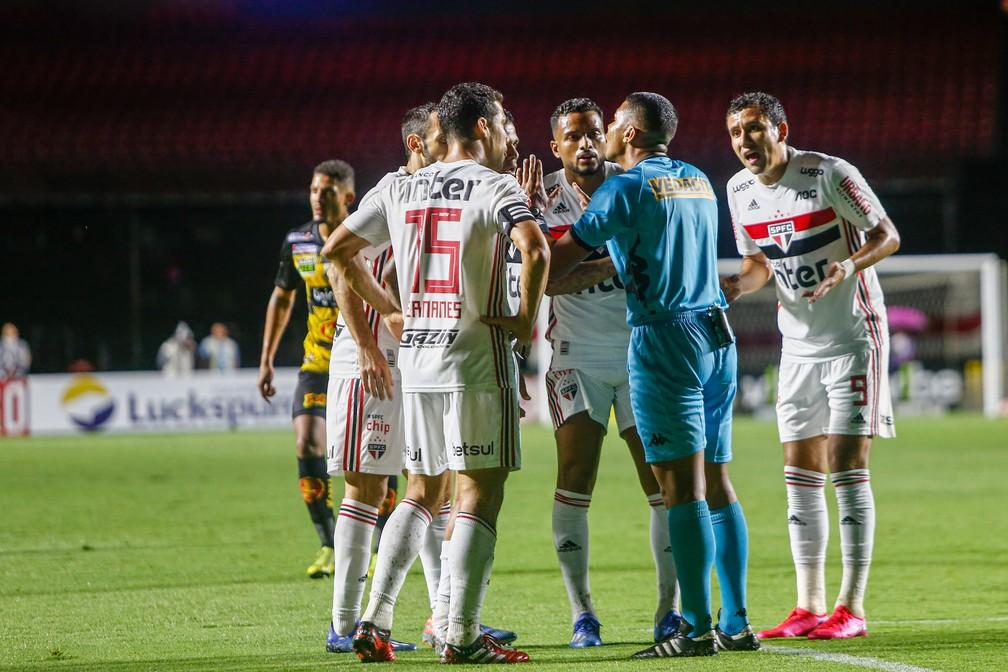 Jogadores do São Paulo cercam o árbitro no jogo contra o Novorizontino — Foto: ADRIANA SPACA/FRAMEPHOTO/ESTADÃO CONTEÚDO