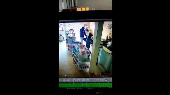 Ladrões são presos após troca de tiros com a polícia em fuga de roubo a farmácia; vídeo