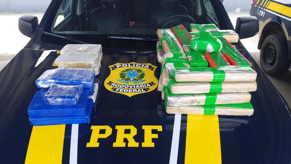 Drogas foram encontradas na carroceria do veículo, com placa de Belo Horizonte — Foto: Divulgação/PRF