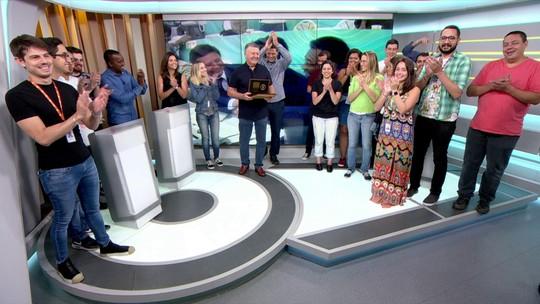 """Em despedida, Arnaldo Cezar Coelho é homenageado e recebe placa no quadro """"A Regra é Clara"""""""