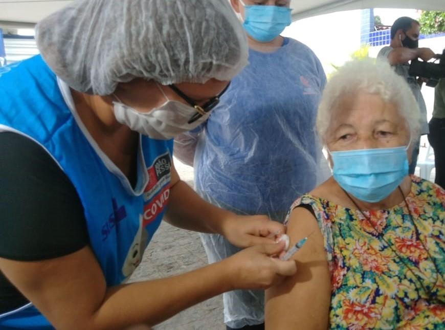 Idosos acima de 75 anos já podem ser vacinados contra a Covid-19 em Cabedelo, na PB