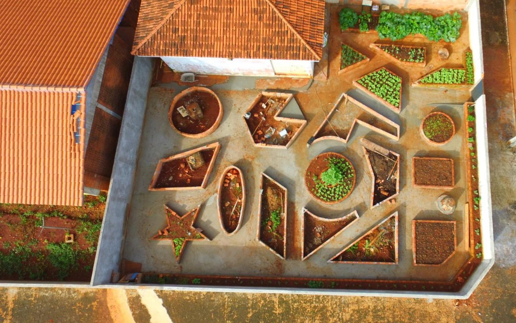Professor cria horta geométrica para ajudar no ensino de alunos em escola pública de Barro Alto