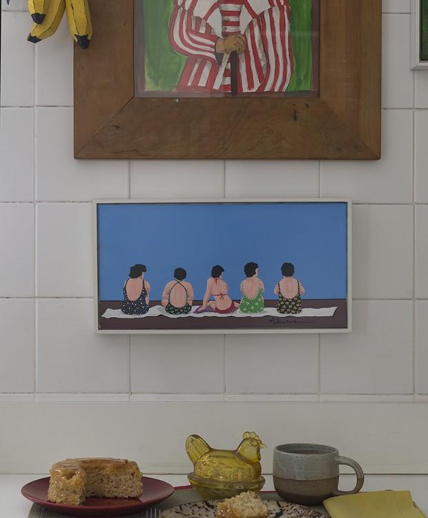 Na cozinha do arquiteto Newton Lima, obras de arte garimpadas em viagens trazem uma pitada de cor para o espaço (Foto: Manu Oristânio/Divulgação )