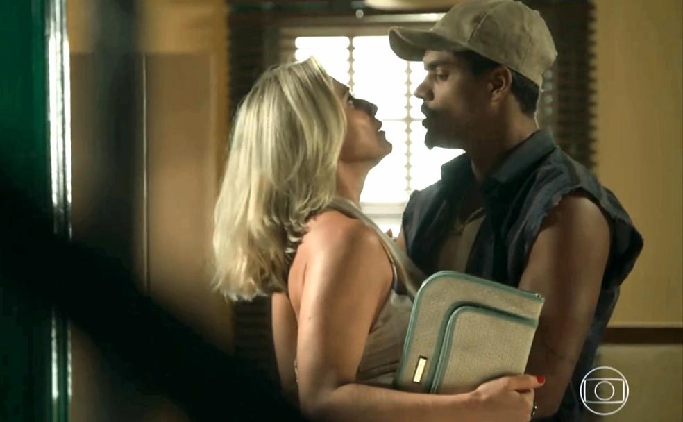 Marilda (Letícia Spiller) é surpreendida com beijo de Fabim (Marcello Melo Jr.) na loja de celulares, em 'O Sétimo Guardião' — Foto: TV Globo
