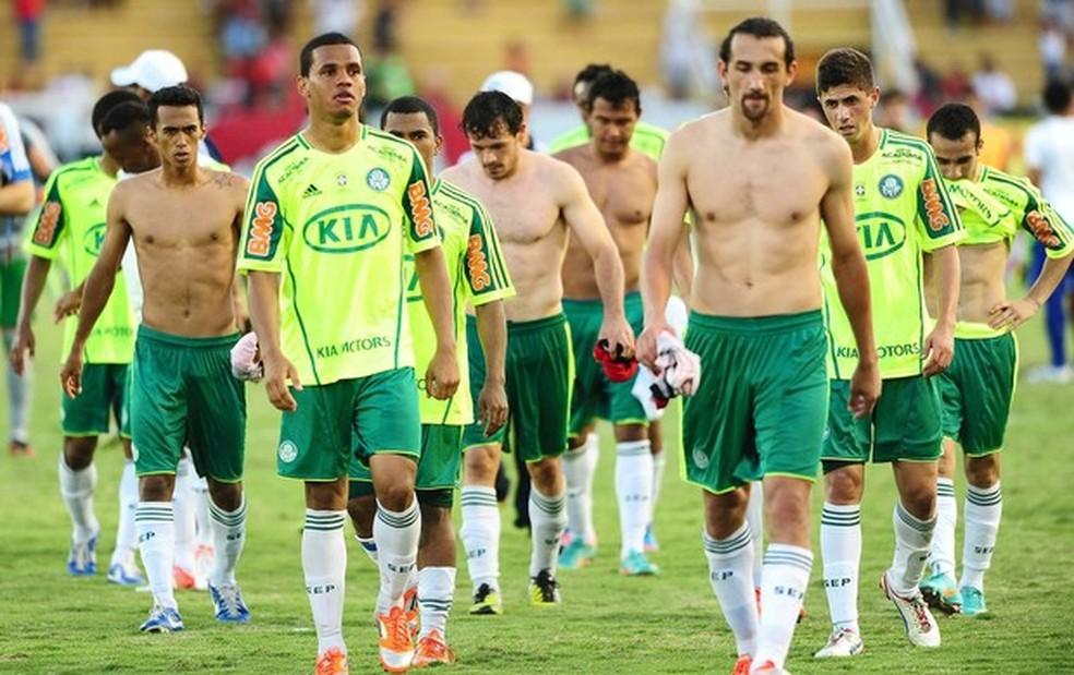 Jogadores do Palmeiras deixam o gramado no dia do rebaixamento à Série B em 2012 (Foto: Marcos Ribolli)