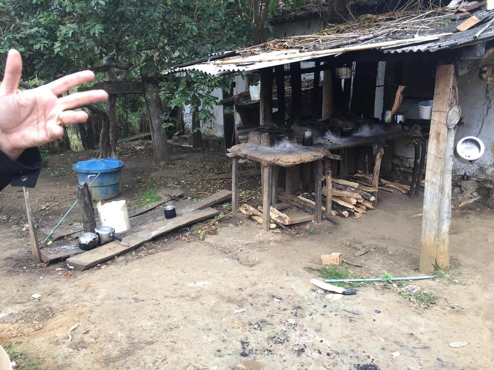 Alojamento ficava ao lado do chiqueiro — Foto: Divulgação/MPT