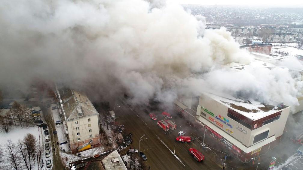 Incêndio atinge shopping em Kemerovo, na Sibéria, no domingo (25)  (Foto: Ministério de Situações de Emergência da Rússia/AP)