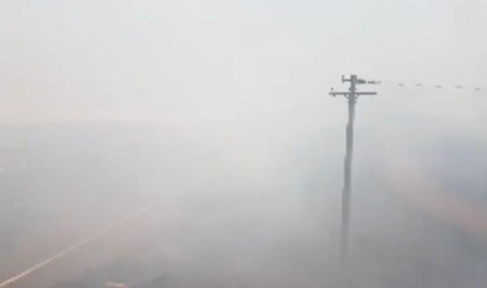 Fumaça deixou a visibilidade quase nula no trecho na rodovia em Jaú  — Foto: Luizinho Andretto / Divulgação