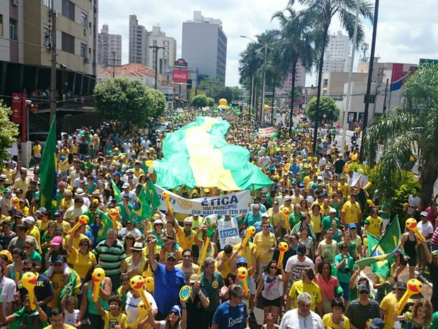 Manifestantes levaram bandeirão na passeata em Rio Preto (Foto: Renata Fernandes/G1)