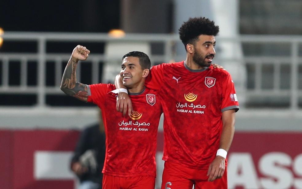 Dudu é abraçado em comemoração de gol do Al Duhail — Foto: Reprodução / Twitter
