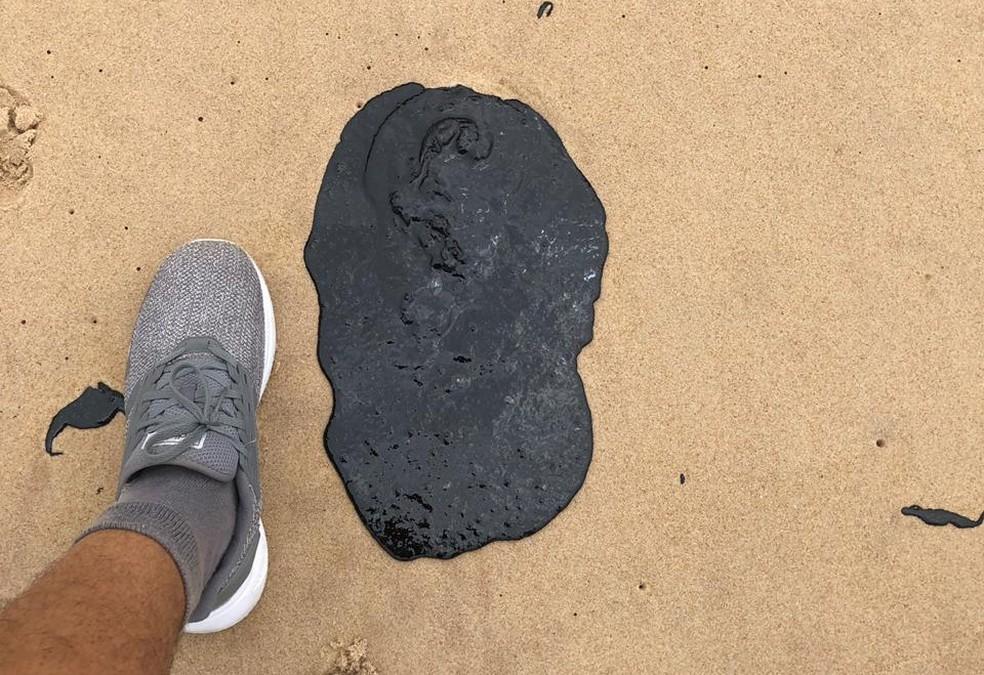 As manchas escuras encontradas na areia da praia de Boa Viagem, na Zona Sul do Recife, têm vários formatos e tamanhos — Foto: Reprodução/WhatsApp