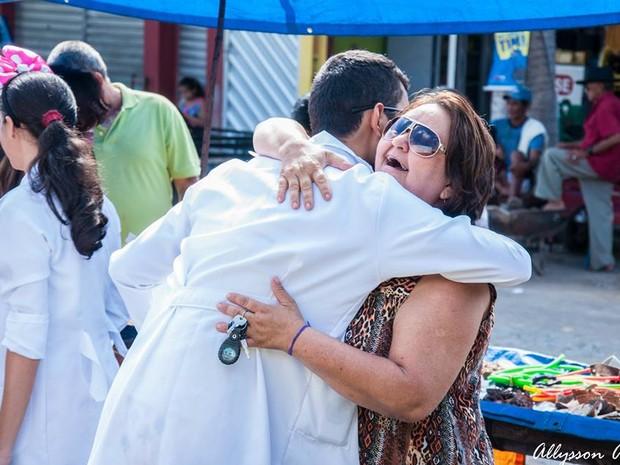 Mutirão do abraço é uma das ações (Foto: Divulgação)