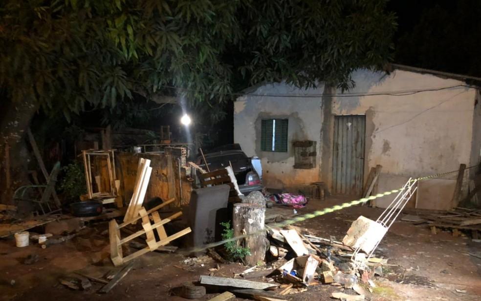 Carro invade casa, mata morador e deixa seis feridos, em Goiânia — Foto: Gabriel Garcia/TV Anhanguera