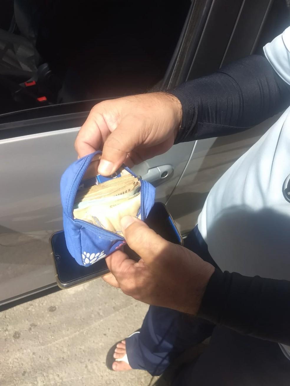 Bolsa com dinheiro ficou dentro do carro de motorista — Foto: Brenda Albuquerque/SVM