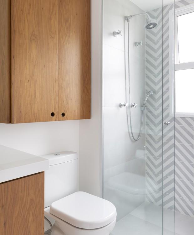 BANHEIRO | O banheiro também foi todo repaginado. Marcenaria de freijó desenhada pelo escritório ACF Arquitetura e executada pela Santa Cruz, revestimento Mais Revestimentos (Foto: Julia Ribeiro/ Divulgação)