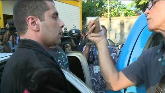 Médico e a mãe chegam à delegacia no Rio após 4 dias foragidos