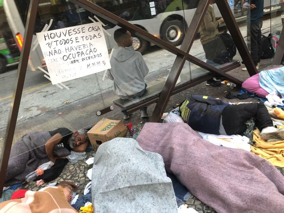 Moradores dormem na rua após incêndio (Foto: Kleber Tomaz/G1 )