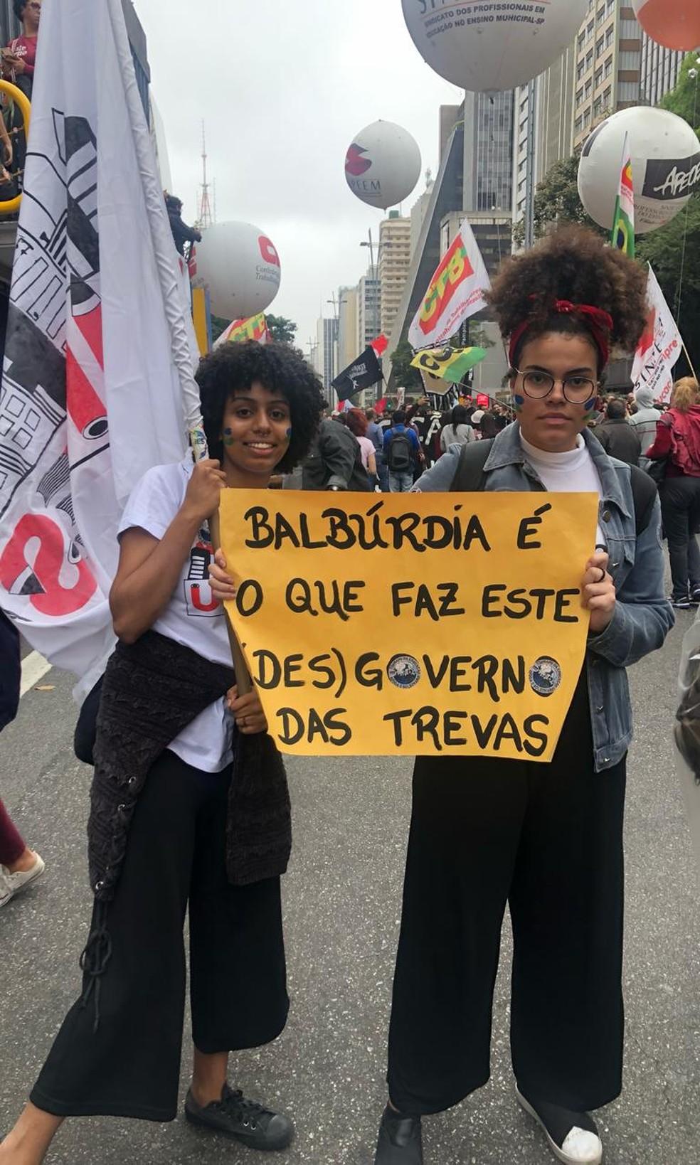 SÃO PAULO, 16h15 - Estudantes expõem cartazes em manifestação na Avenida Paulista. — Foto: Patrícia Figueiredo/G1
