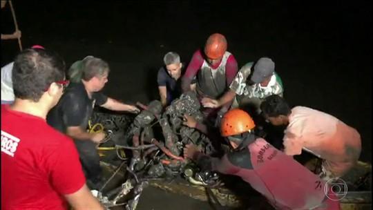 Últimos destroços do avião, que levava Gabriel Diniz, são retirados do local do acidente