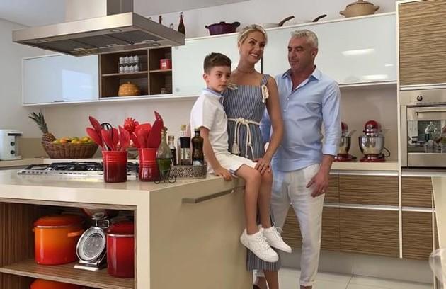 No vídeo, Ana mostrou os bastidores de um ensaio com o filho e o marido na casa: 'Fotografar com meus dois Alexandres é uma missão difícil, mas conseguimos' (Foto: Reprodução)