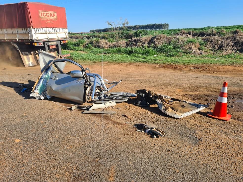 Batida entre caminhão e caminhonete deixou motorista ferido em Iacri — Foto: João Trentini/Divulgação