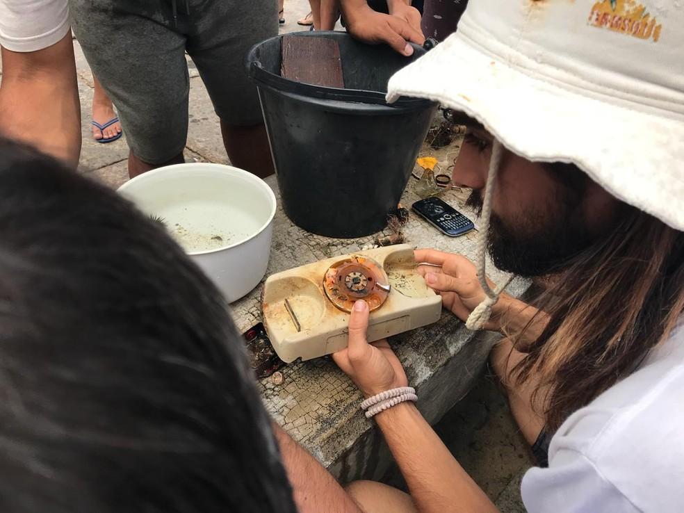 Voluntários encontraram até mesmo um aparelho de telefone fixo em meio ao lixo recolhido na Praia Vermelha  — Foto: Divulgação/Projeto Meros do Brasil